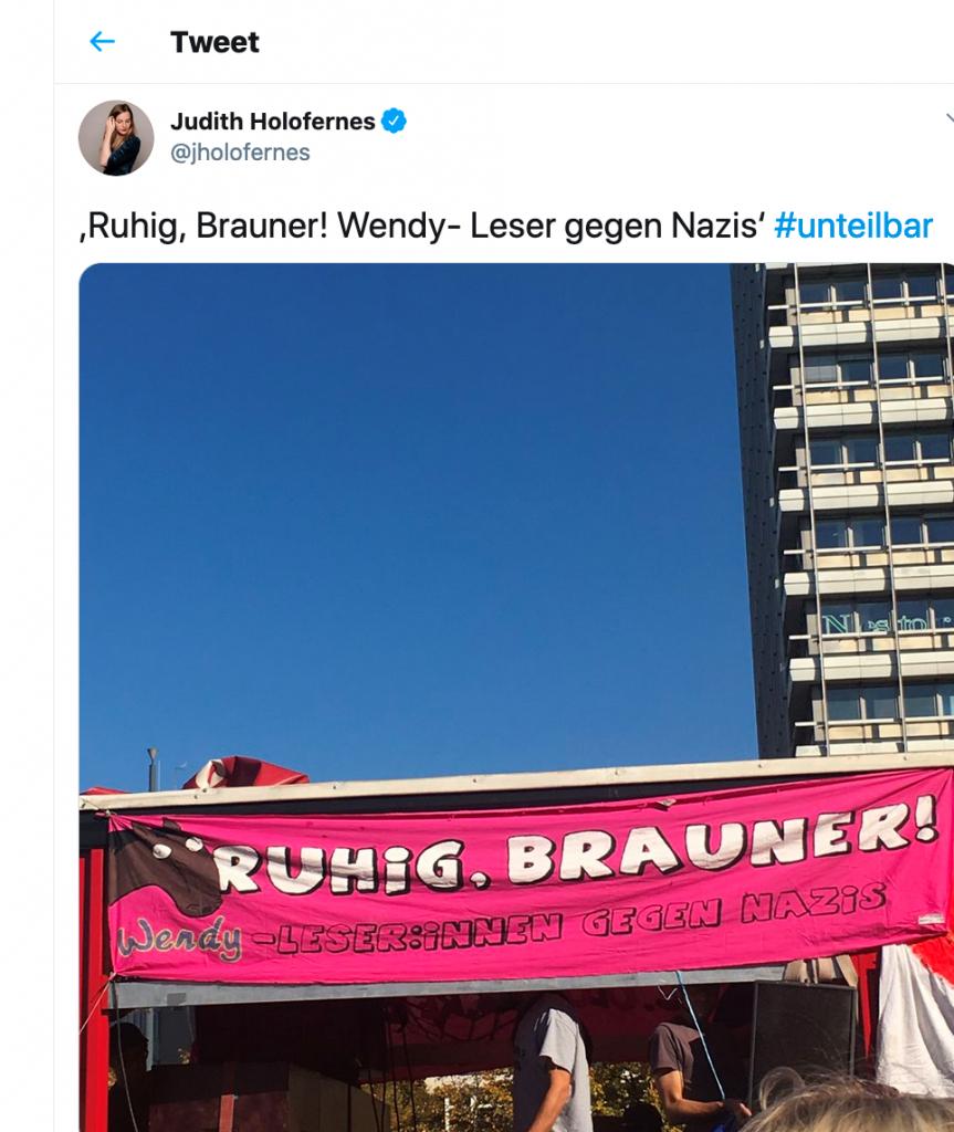 Pop-Referenz auf einer #wirsindmehr-Demonstration 2018, ein Tweet der Sängerin Judith Holofernes (Screenshot von https://twitter.com/jholofernes/status/1051053771558662145?lang=en, aufgerufen am 18.09.2020)