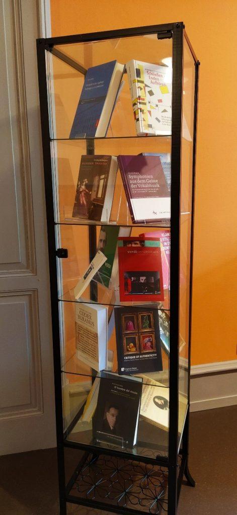 Abb. 1: Büchervitrine des Instituts für Musikwissenschaft, Universität Bern, https://www.musik.unibe.ch/