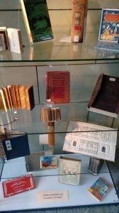 Abb. 5: AAI-Ausstellung: Schöne Einbände und besondere Formate an der Staats- und Universitätsbibliothek Hamburg